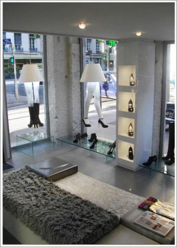 agencement du magasin de chaussures de luxe glitter lyon 6 une r alisation de volumes. Black Bedroom Furniture Sets. Home Design Ideas