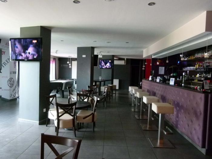 Réhabilitation d'un ancien bar en Café Lounge : comptoir