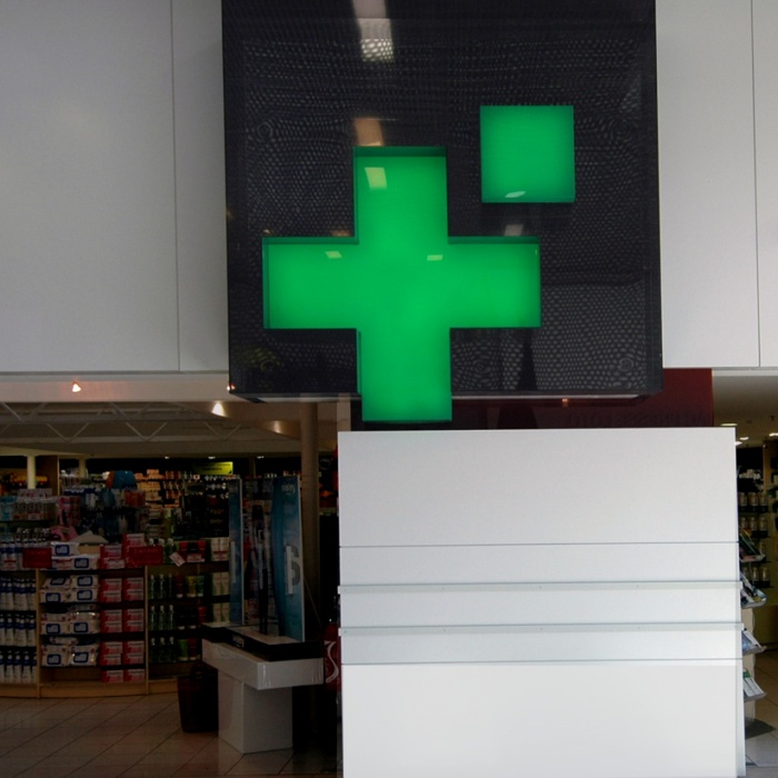 nouvelle façade pour une pharmacie : plan rapproché