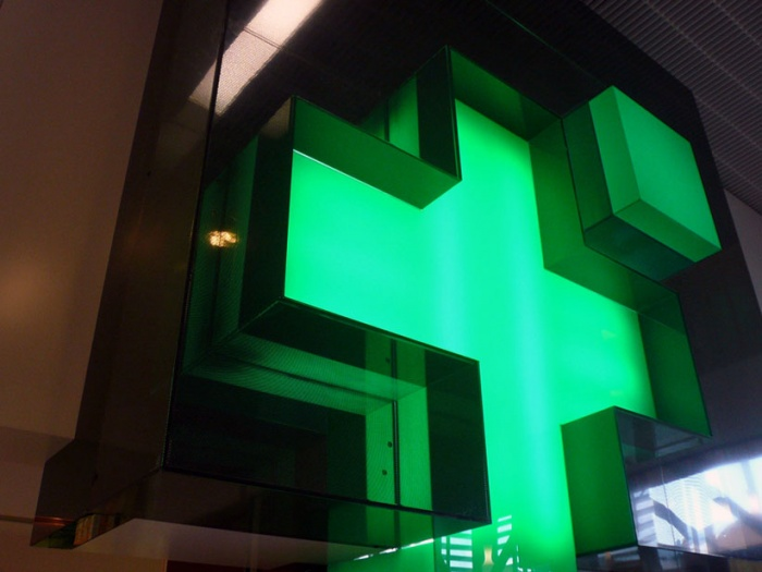 nouvelle façade pour une pharmacie : croix