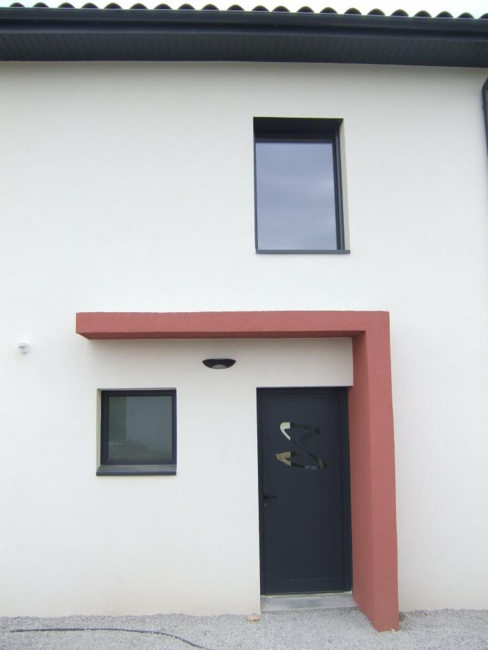 Maison et Centre de Kinésithérapie à Vourles : Détail entrée maison extérieur