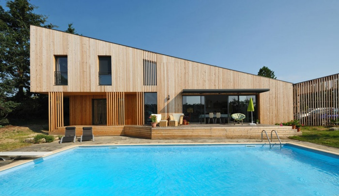 Maison contemporaine bois ouate de cellulose basse for Les plus belles maisons contemporaines