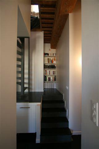 demi niveau aménagé vers escalier menant aux combles